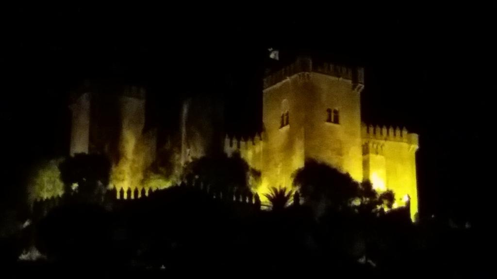 La imagen tiene un atributo ALT vacío; su nombre de archivo es castle-night-close-up.jpg